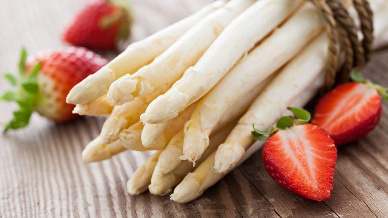 weißer Spargel mit Erdbeeren zum Rezept