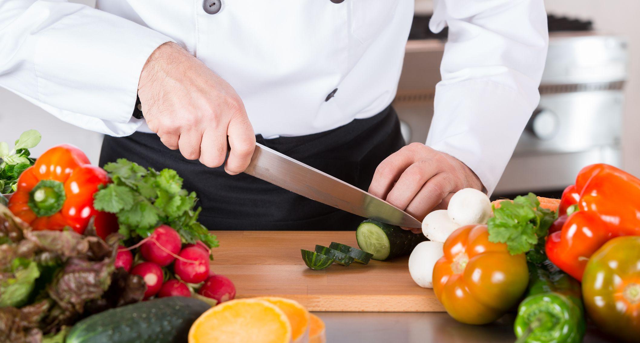 Messertricks Aramark Koch schneidet Gemüse
