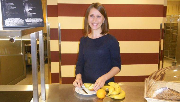 Diätassistentin Hanna Abelein in der Aramark-Kantine im Hufeland-Haus