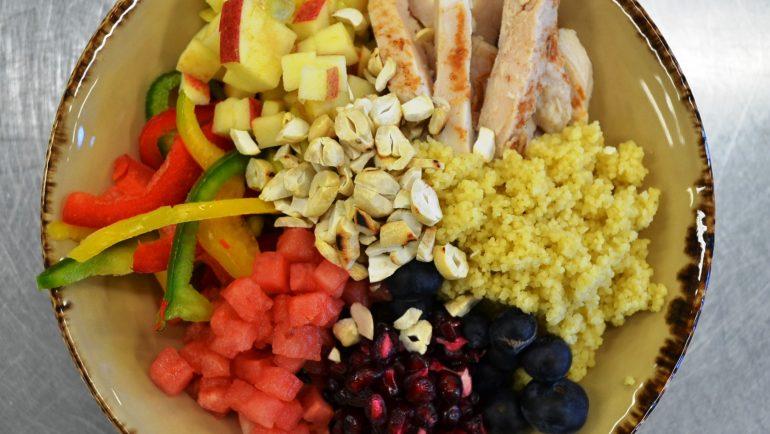 Aramark Fruity Bowl mit Couscous und Hähnchen