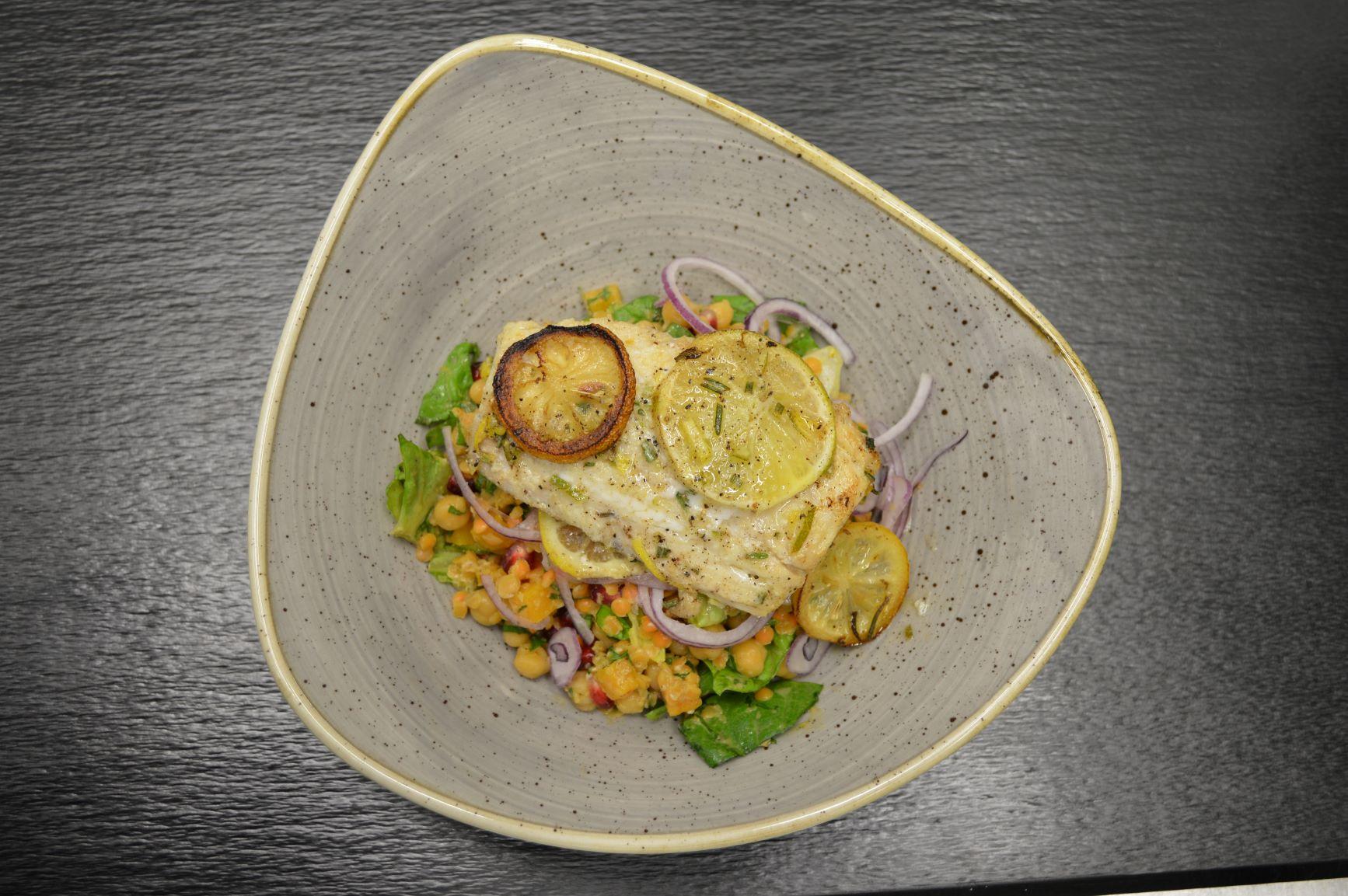 Hülsenfruchtsalat und Seelachsfilet