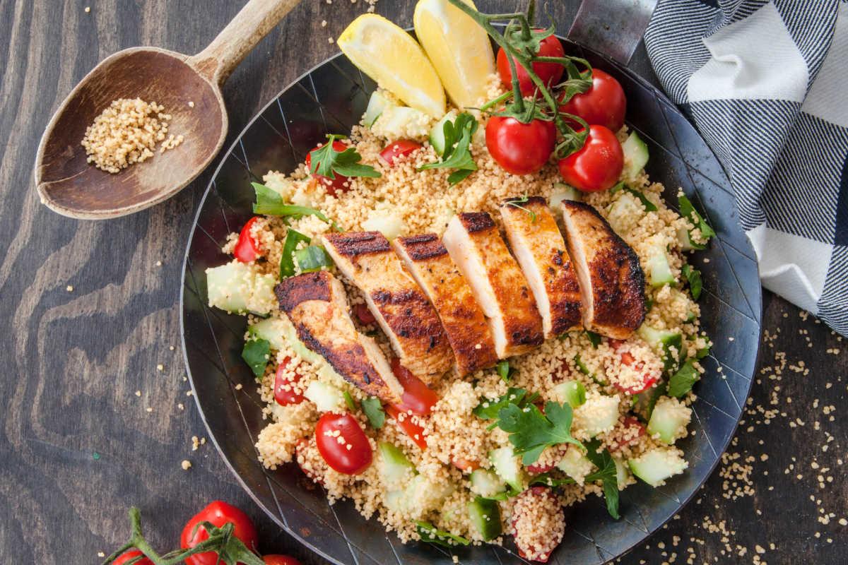 Taboule-Salat mit Gurken und Tomaten